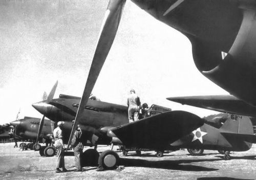20th_Pursuit_Squadron_Curtiss_P-40B_Warhawks_Nichols_Field,_Luzon,_Philippines (1)
